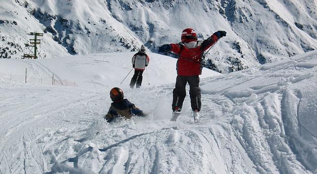 skiers-1651849_640